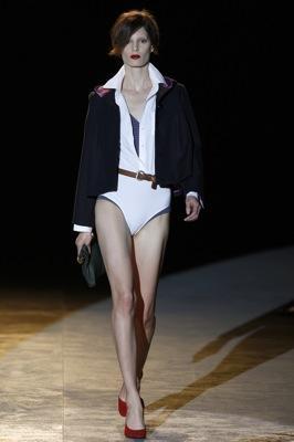 ... estilizadas con minis y pantalones en el bolsillo de la camisa o en el